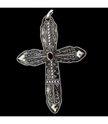 Cruz de plata con granate central